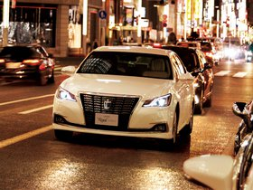 Fotos de Toyota Crown Royal Saloon G Hybrid S210 2015